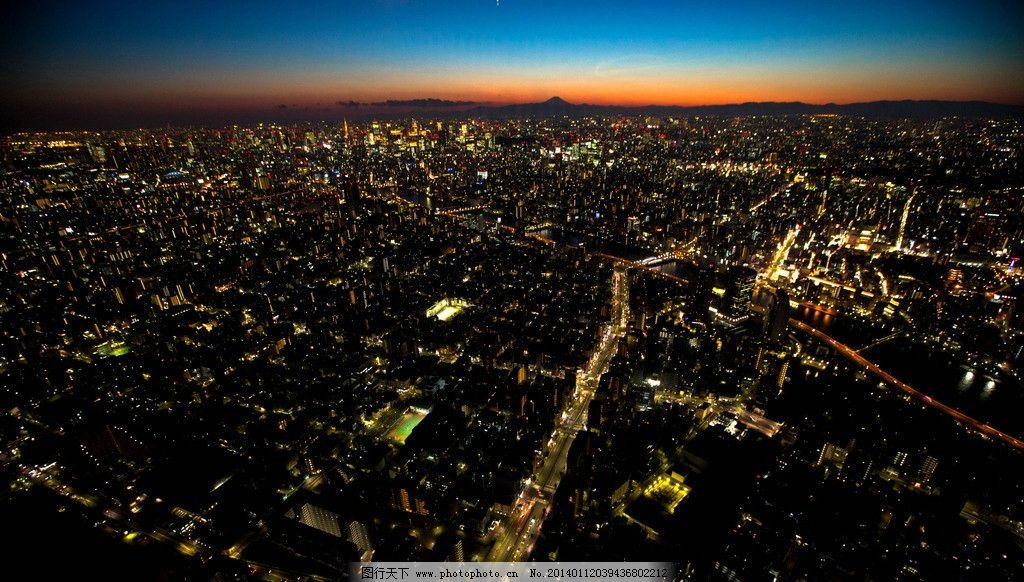 城市夜景灯光和水中倒影
