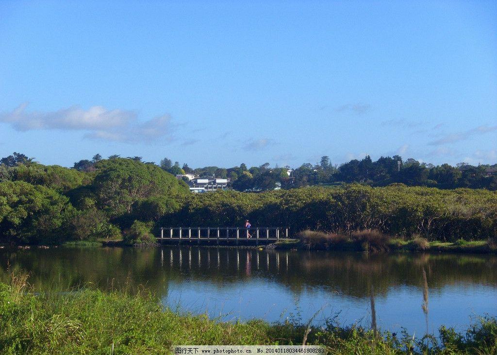 新西兰风景 蓝天 白云 绿树 河水 水面 建筑 木桥 晨练 倒影 山水风景