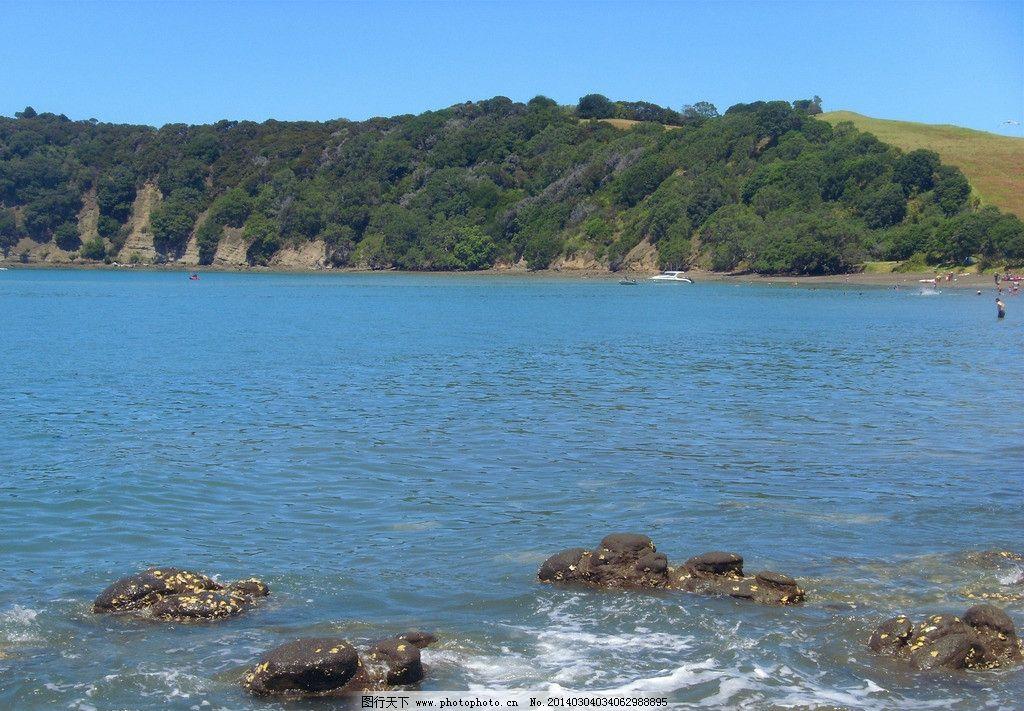 新西兰布丁岛风景 蓝天 白云 大海 海水 海浪 礁石 远山 绿树 游艇