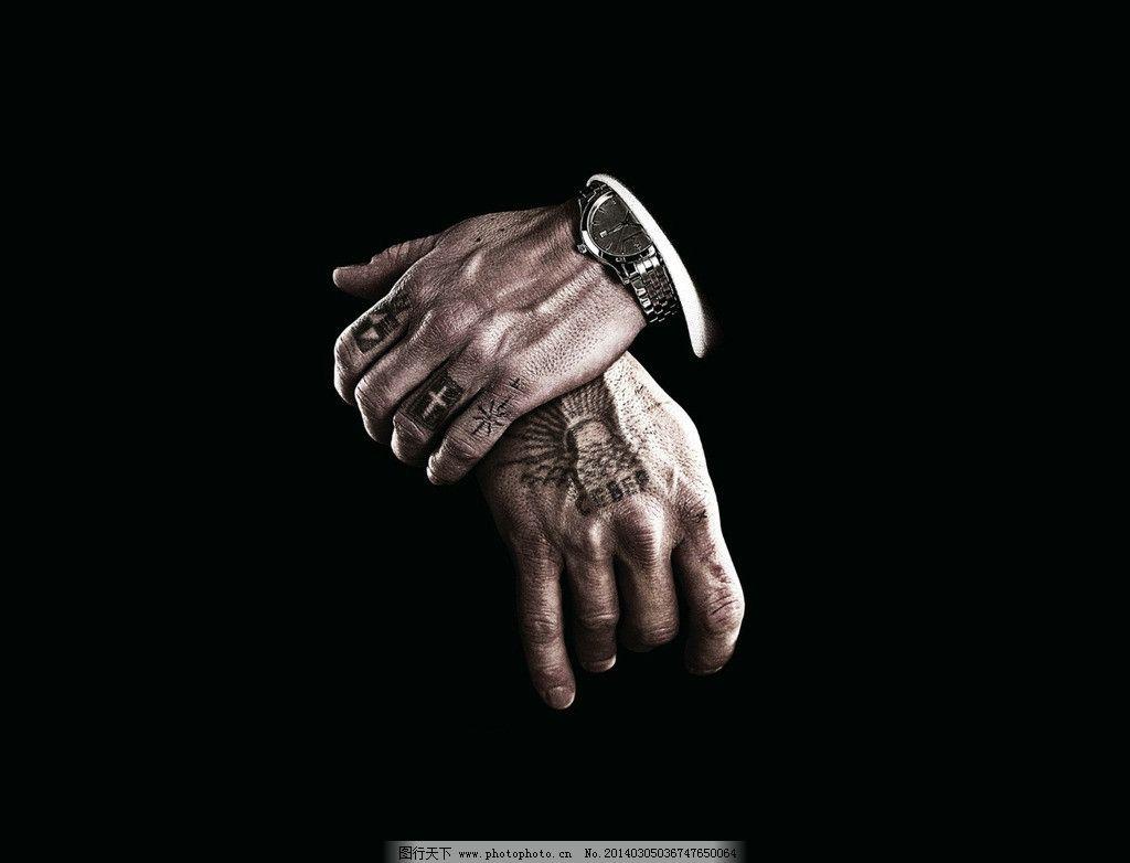 双手 黑色 纹身 桌面 背景 男性男人 人物图库 摄影 250dpi jpg