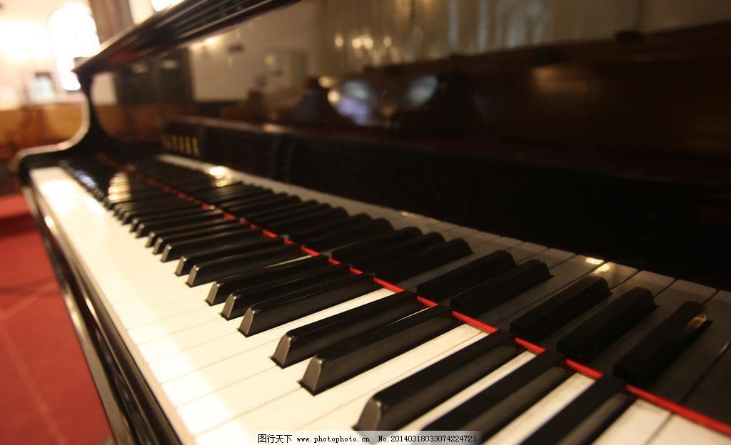 优美钢琴键盘图片