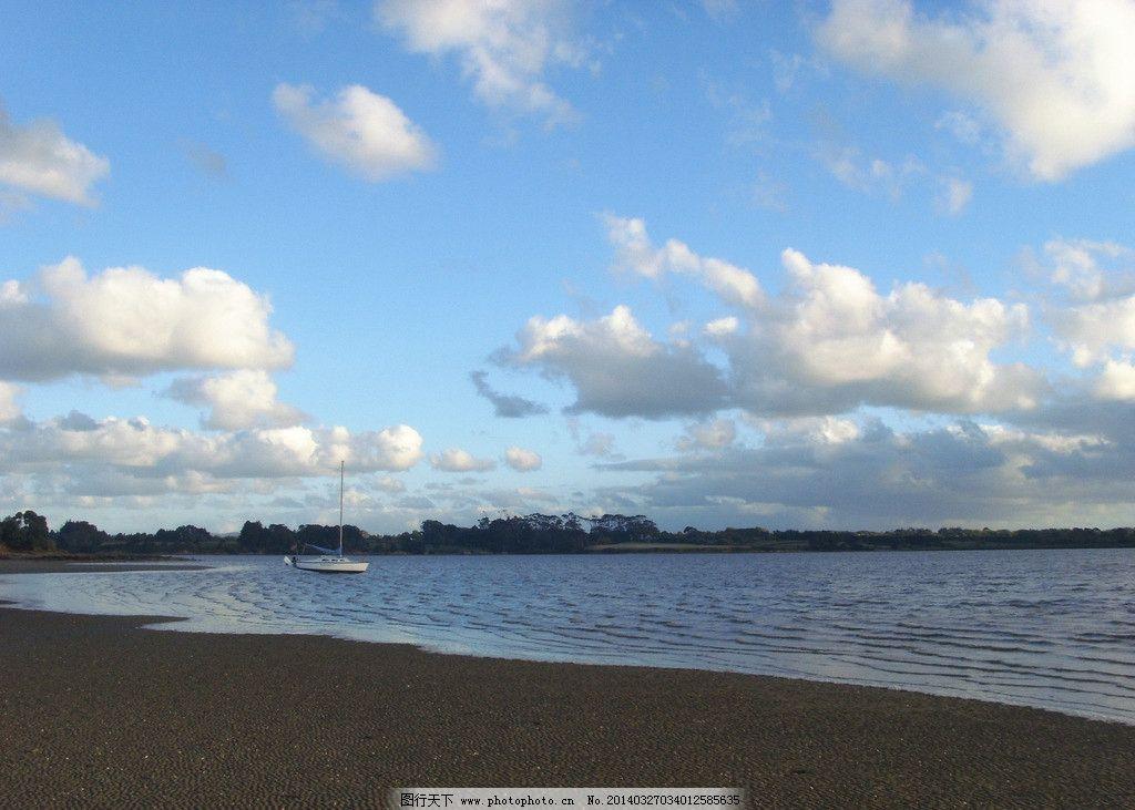新西兰海滨风景 蓝天 白云 大海 海水 海滩 沙滩 远山 绿树